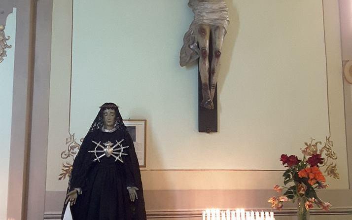 La Madonna Addolorata ai piedi di Gesù Cristo.