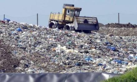 Contenitori insufficienti e rifiuti sparso ovunque
