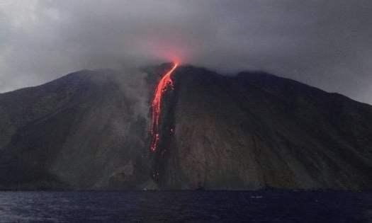 Imprevedibile Stromboli: è allerta eruzione per il magico vulcano del Mediterraneo