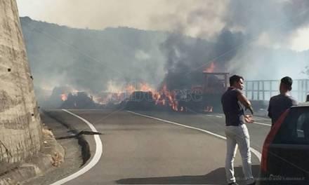 Paura sulla statale 18 a Pizzo, in fiamme rimorchio carico di balle di fieno (FOTO)