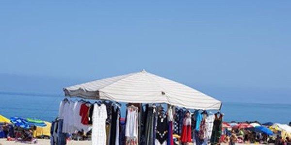 Occupano abusivamente spiaggia di Pizzo per vendere capi d'abbigliamento, denunciati