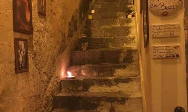 Una scalinata di Pizzo Calabro trasformata in Vicolo dei baci