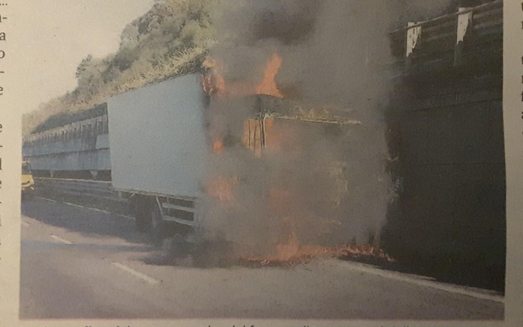 Autocarro carico di frutta in fiamme sull'A2