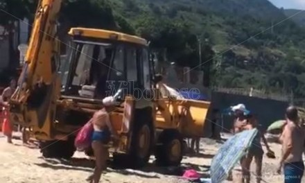 Scena surreale a Pizzo: ruspa attraversa la spiaggia in mezzo ai bagnanti – Video