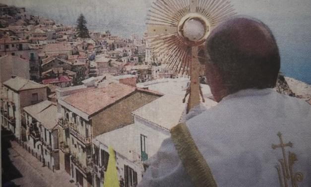 La citta' benedetta dal campanile, la fede per vincere la paura