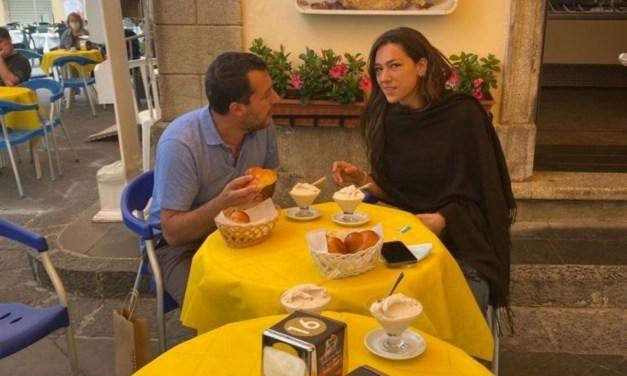 Salvini in Calabria, prima dell'incontro regionali della Lega si gusta un gelato a Pizzo