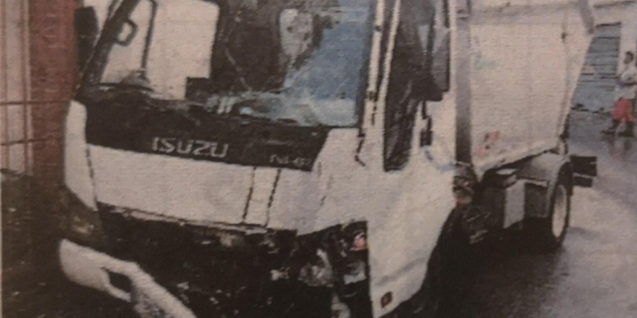 Pizzo. Via Salomone, incidente tra camion e compattatore