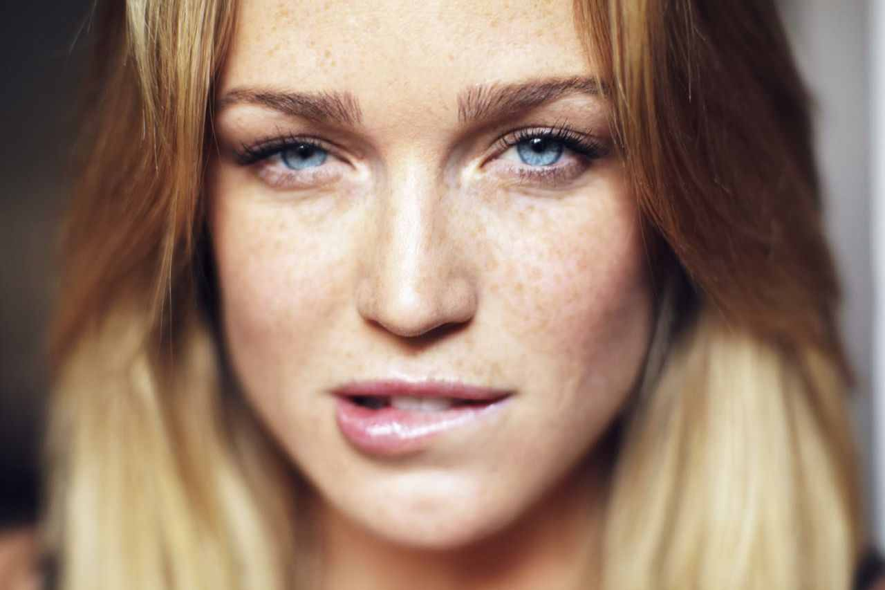 caity lotz height and
