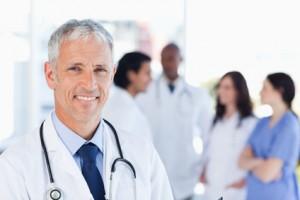 Doktor behandelt Privatpatienten - PKV Rechner mi Toptarifen