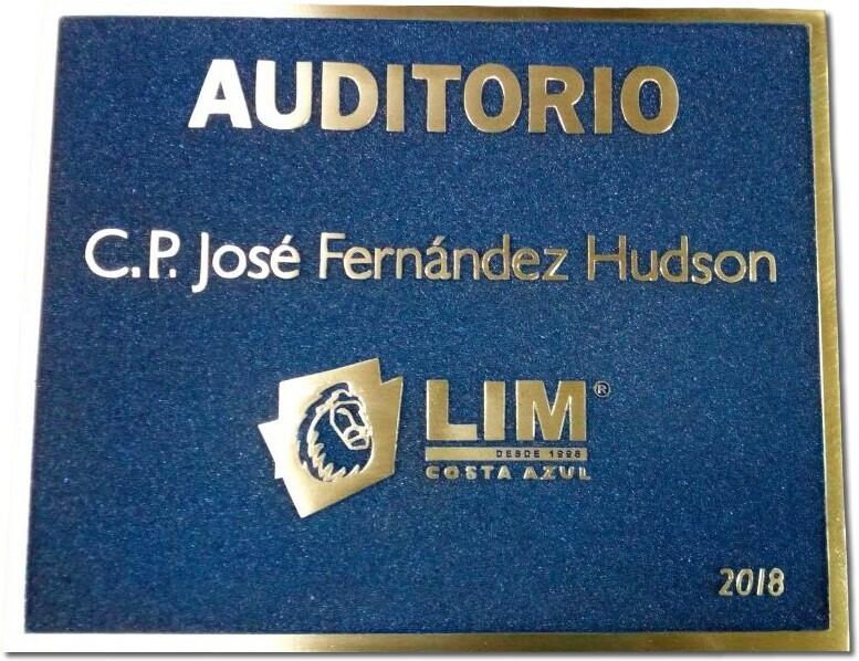 placa de bronce fondo azul