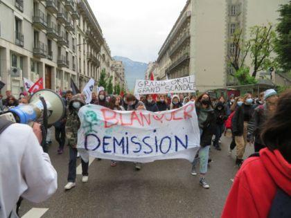 Une centaine de lycéens ont défilé dans les rues de Grenoble. © Tim Buisson – Place Gre'net