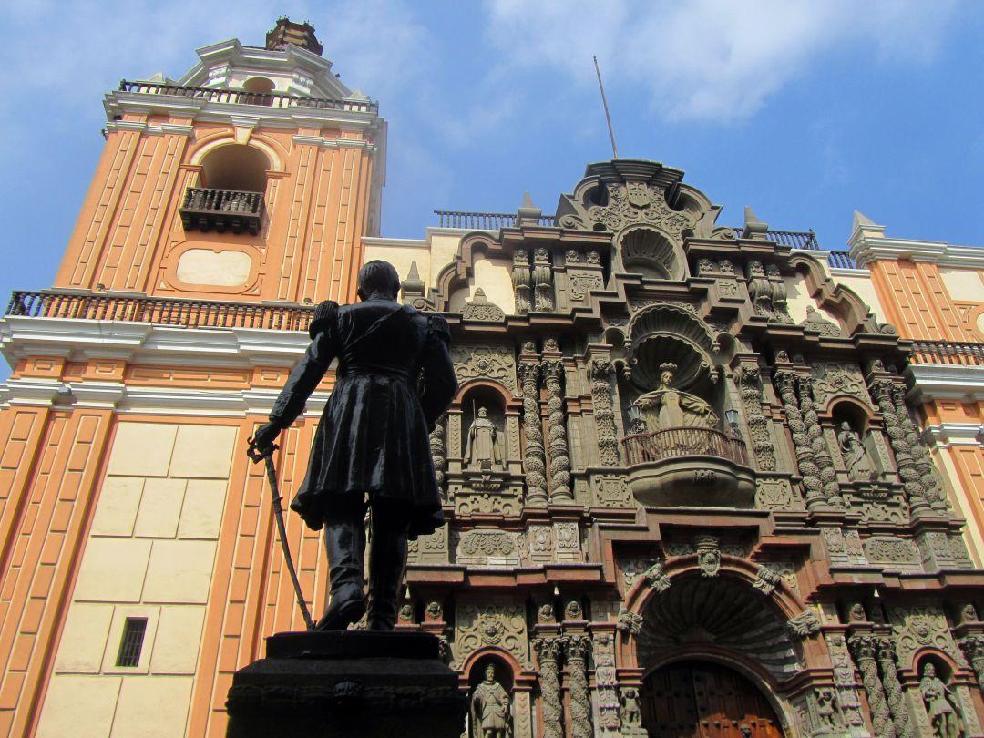 Estatua de Ramón Castilla frente a Iglesia La Merced. Ramón Castilla statue in front of La Merced church. Photo credit, placeOK