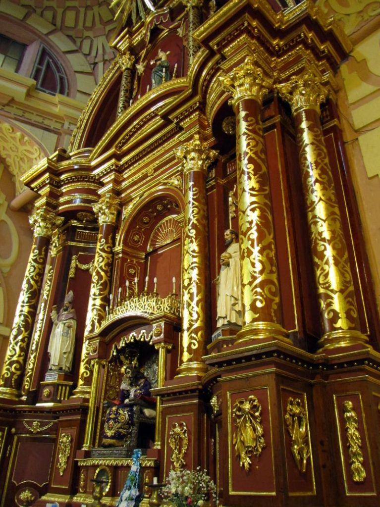 Altar en Igleisa La Merced. Shrine in La Merced Church. Image by placeOK.