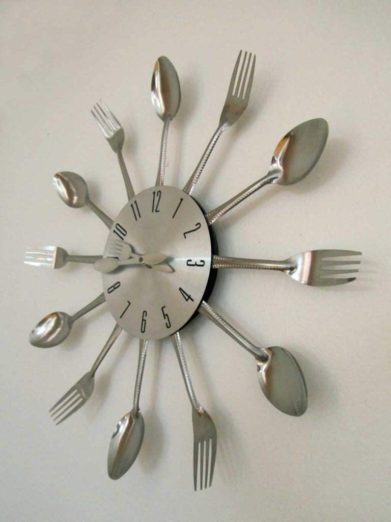 Lindo reloj de pared que decora el comedor y que está a la venta. Cute wall clock decorating the dining room and that´s on sale. Image by placeOK.