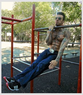 Danny Kavadlo in the park working out