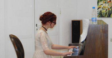11-класничката Емона Бакалова с дебютен концерт на пиано в Смолян