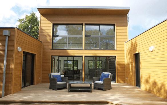 Maison bois architecte en U à toit plat avec patio