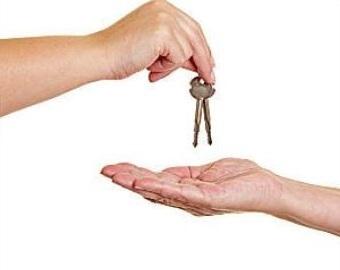 """STARTSCHUSS für """"das rund um sorglos Paket"""" ist die Wohnungsschlüssel Übergabe an den unseren Projektleiter."""