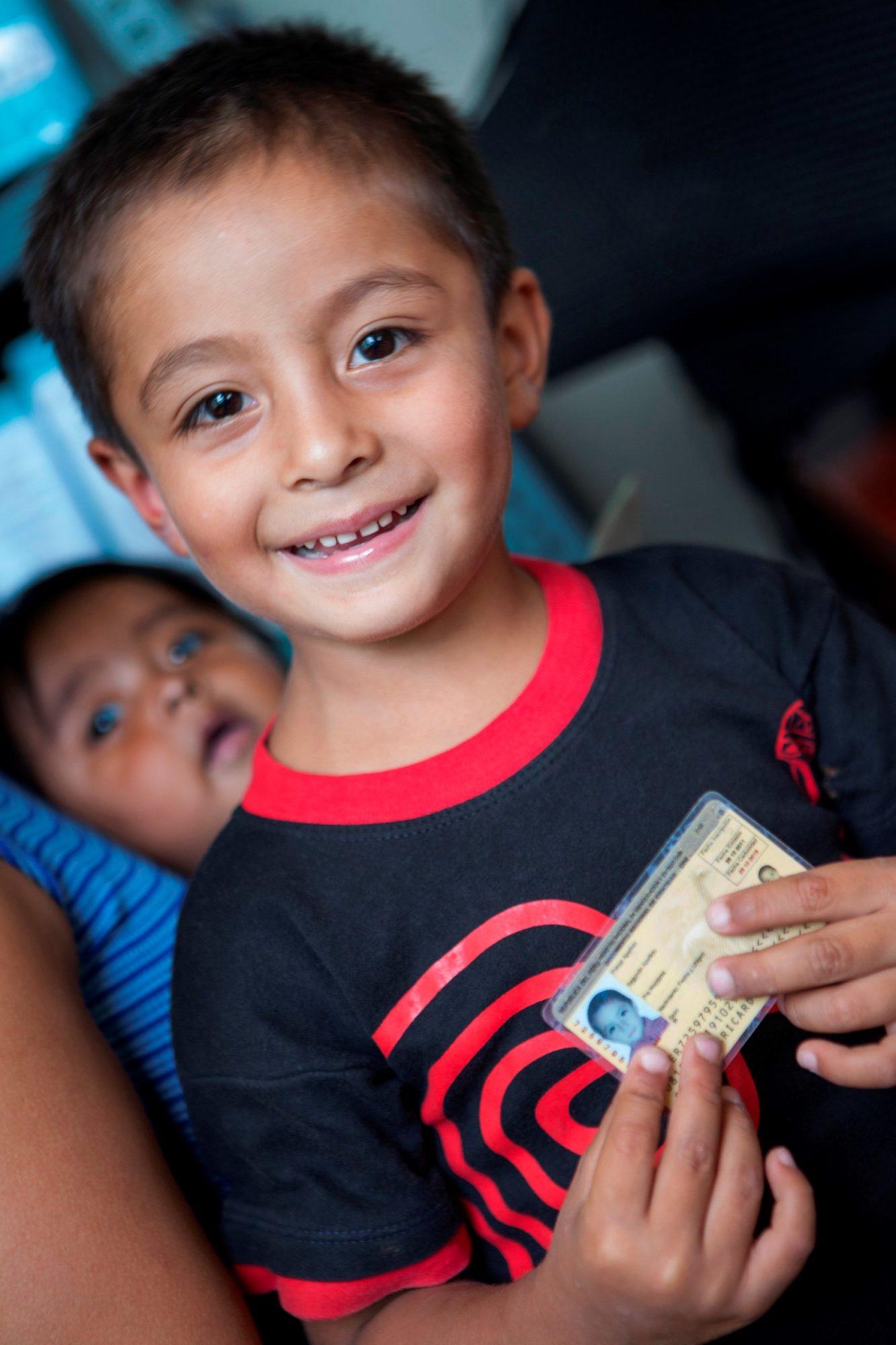 國際培幼會 A Peruvian boy holds his identification card - 國際培幼會