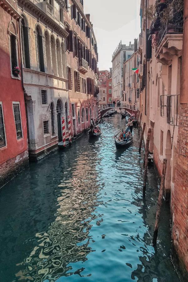 Eine malerische Wassergasse in Venedig