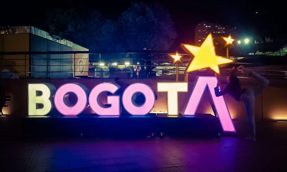 Wieder mal mein Signature Move neben dem Bogota-Sign bei Nacht