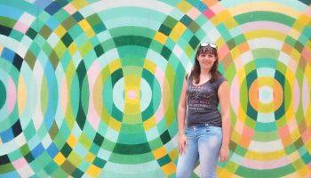 Ich vor einer Graffitiwand in Bogota, Kolumbien