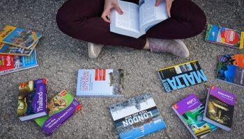 Ich am Boden mit all meinen Reisebüchern