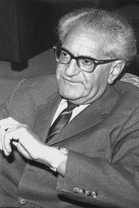 Fritz Bauer sitzt auf einem Stuhl