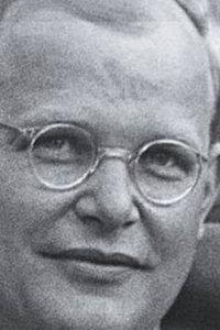 Schwarzweiß-Porträt von Dietrich Bonhoeffer mit Nickelbrille aus dem Jahr 1939.