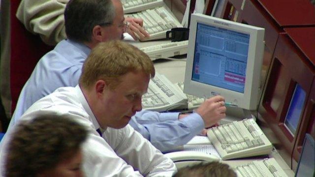 Broker sitzen vor Monitoren.