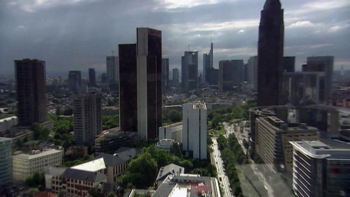 Blick auf die Straßenschluchten und Hochhäuser der Frankfurter Innenstadt.