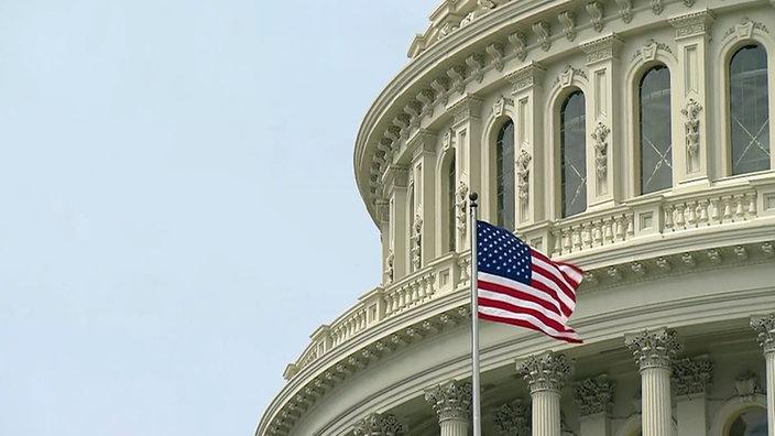 Bildausschnitt: Die US-amerikanische Fahne weht vor dem Kapitol.