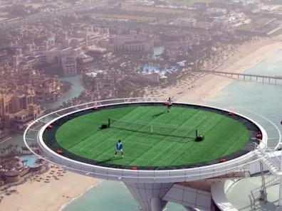 Pinknout si tenis stovky metrů nad mořem?