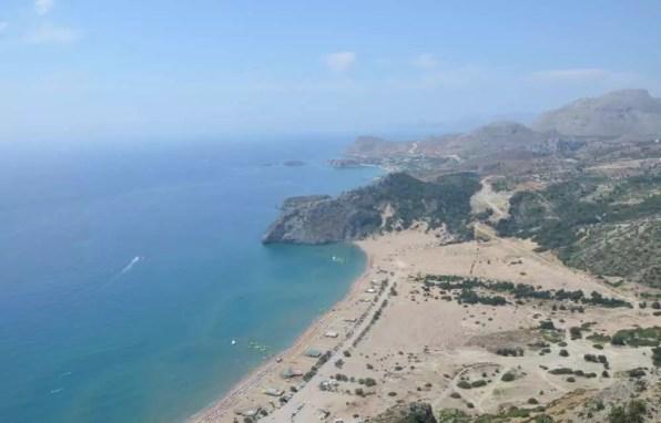 Pohled na azurové moře a pobřeží z vyhlídky Tsambika