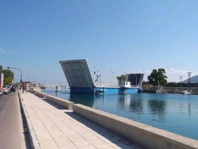 Most ktorý spája ostrov spevninou (každú hodinu zastavia cestnú premávku anechajú preplávať malé loďky, jachty)