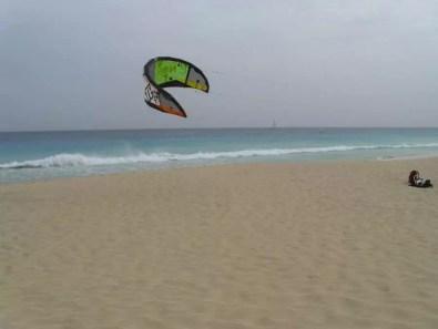 Větrné pobřeží vhodné pro vodní sporty v Santa Maria na Kapverdách