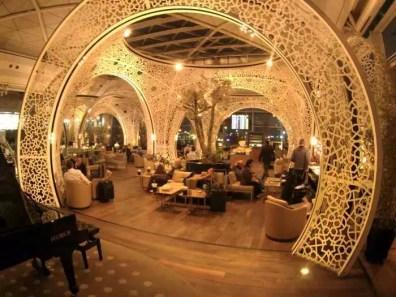Zajímavý interiér salonku na letišti v Turecku