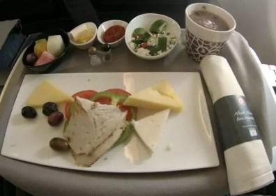 První část snídaně na letu do Prahy včetně horké čokolády