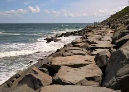 Kamená promenáda vedoucí k pláži u majáku
