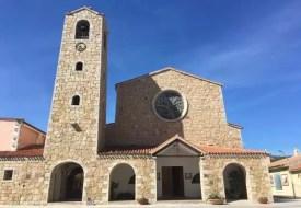 Krásný kamenný kostel v Cannigione