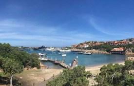 Molo a přístav kde kotví drahé jachty v Porto Cervo