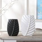 decoración en blanco y negro con jarrones