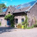 Casa de campo con paneles solares