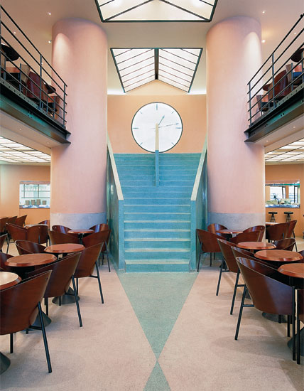 Philippe Starck diseña el interior del Cafe Costes.