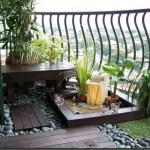 decorar un balcón con piedras y plantas
