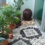 decorar un balcón con suelo de piedras