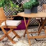 decorar un balcón con muebles de madera