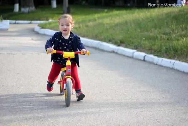 Mersul copilului pe bicicletă