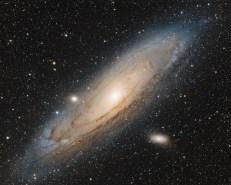 La galaxie d'Andromède, également identifiée sous les numéros M31 dans le Catalogue de Messier et NGC 224, est une galaxie spirale située à environ 2,55 millions d'années-lumière du Soleil, dans la constellation d'Andromède.