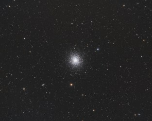 L'amas comporte plus de 500 000 étoiles pour 150 années-lumière de diamètre. Son âge est estimé entre 12 et 14 milliards d'années. Il est à 22000 années-lumière de nous.